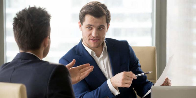 Zwei Personen im Gespräch zur Anlagevermittlung