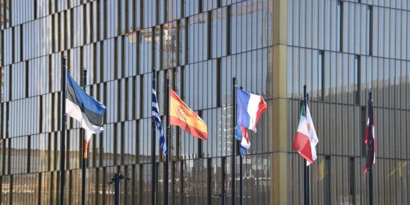 Europäischer Gerichtshof mit Flaggen in Luxembourg